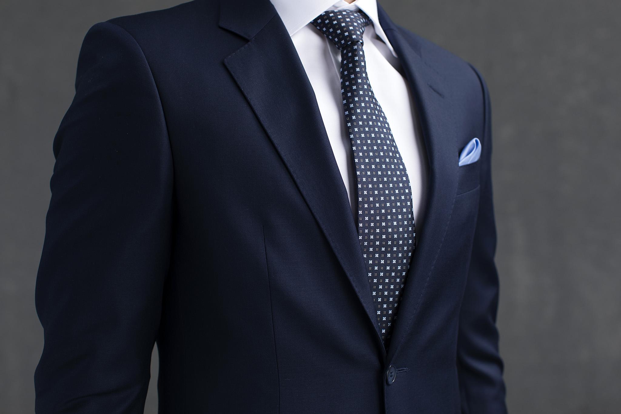 Mørk blå ensfarget dress til bryllup, jobb eller andre anledninger. En populær og anvendelig dress i ren ull.