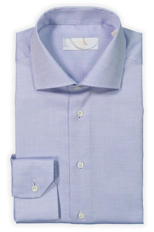 Hvit og blå skjorte med diskret mønster.