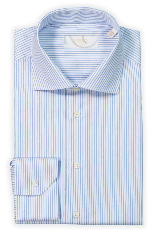 Hvit skjorte med blå striper.