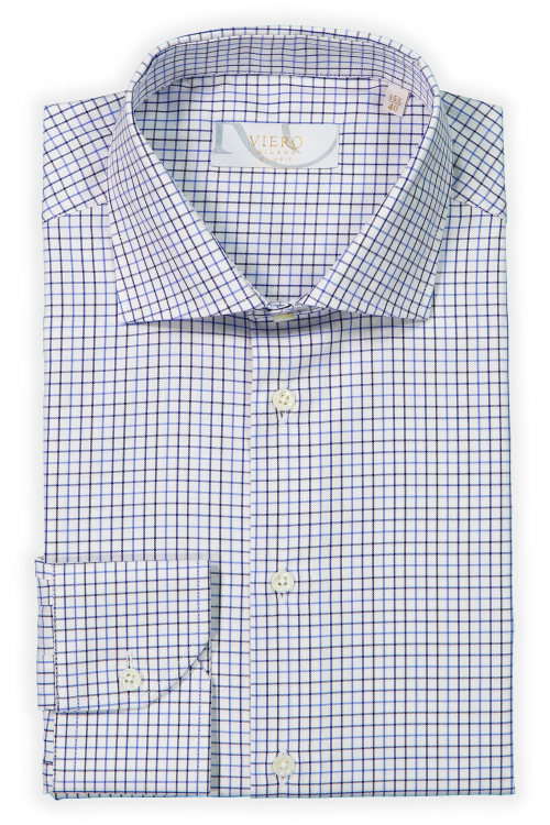 Hvit skjorte med blå ruter.