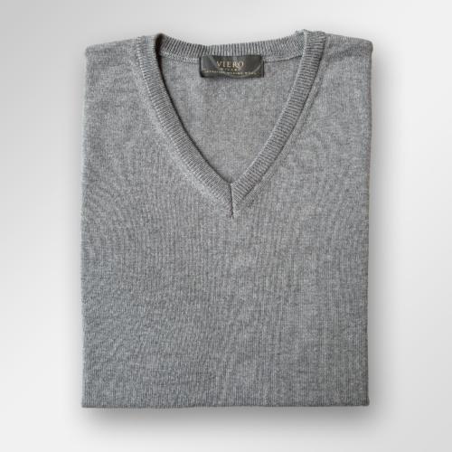 V-hals genser i merinoull fra Viero Milano i mellomgrå melert