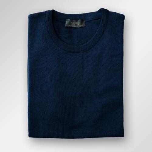 Navy/marineblå genser i merinoull fra Viero Milano med rund hals.