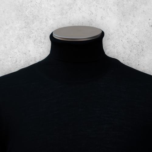 Svart turtleneck genser i merinoull fra Viero Milano.