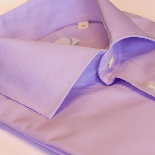 Lys lilla ensfarget skjorte med enkel mansjett. menswear.no