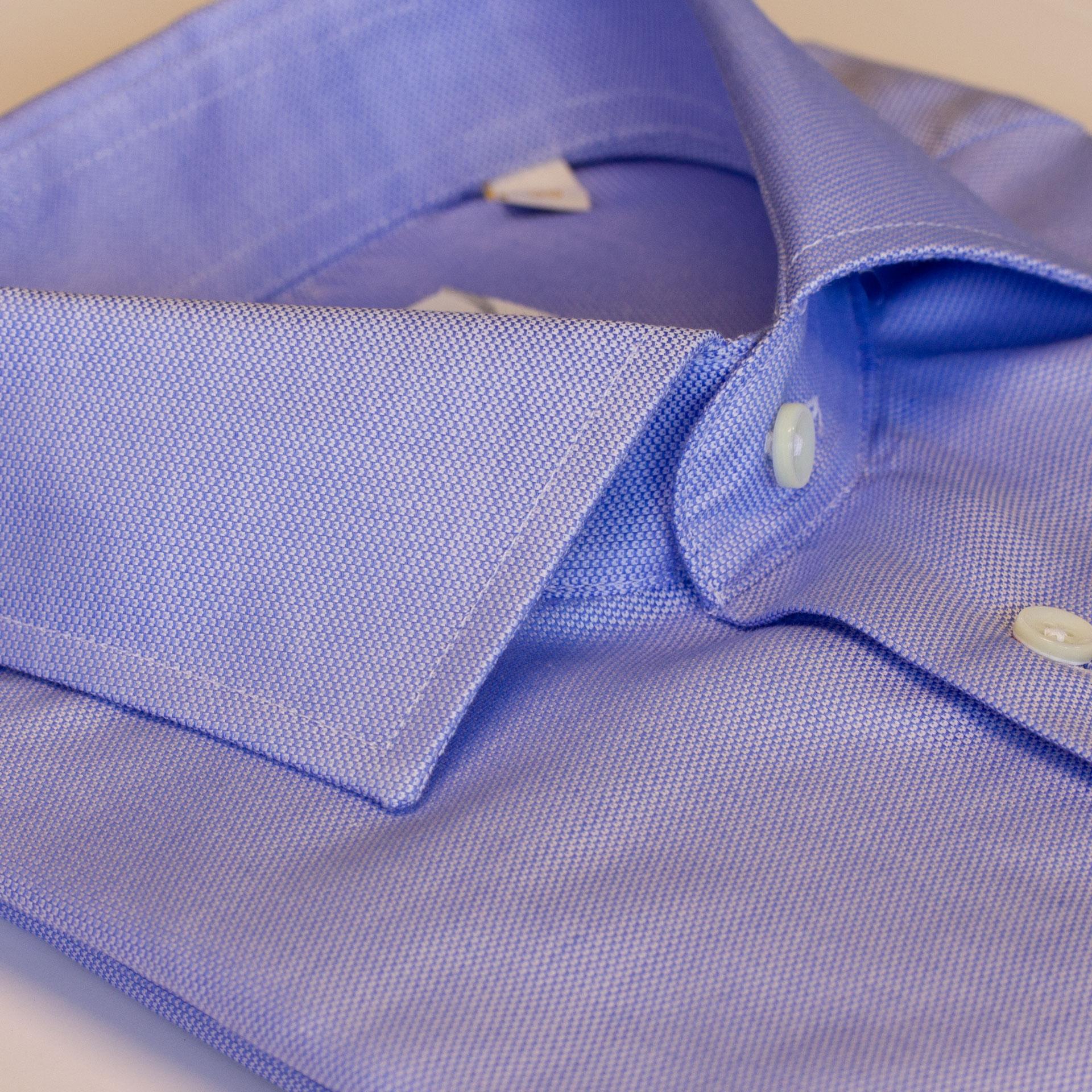 Slimfit skjorte, lyseblå ensfarget med mørkeblå knapper
