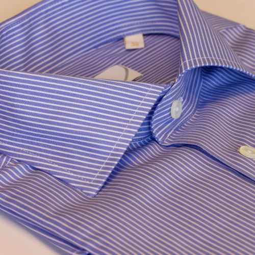 Blå skjorte med hvite striper