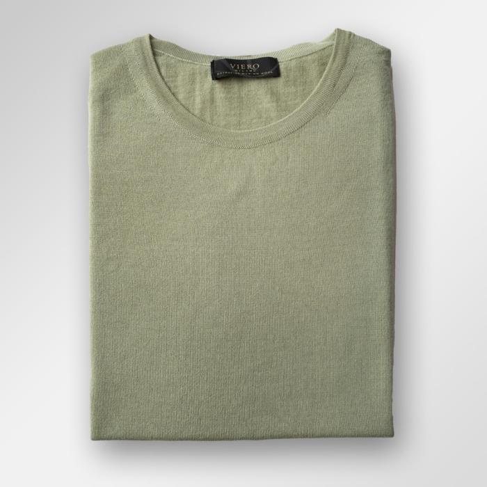 Grønn genser i merinoull. Tynn kvalitet som også kan brukes på sommeren.