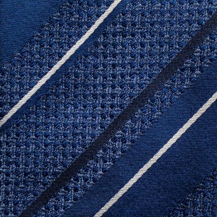 Mørkeblått slips med striper Closeup