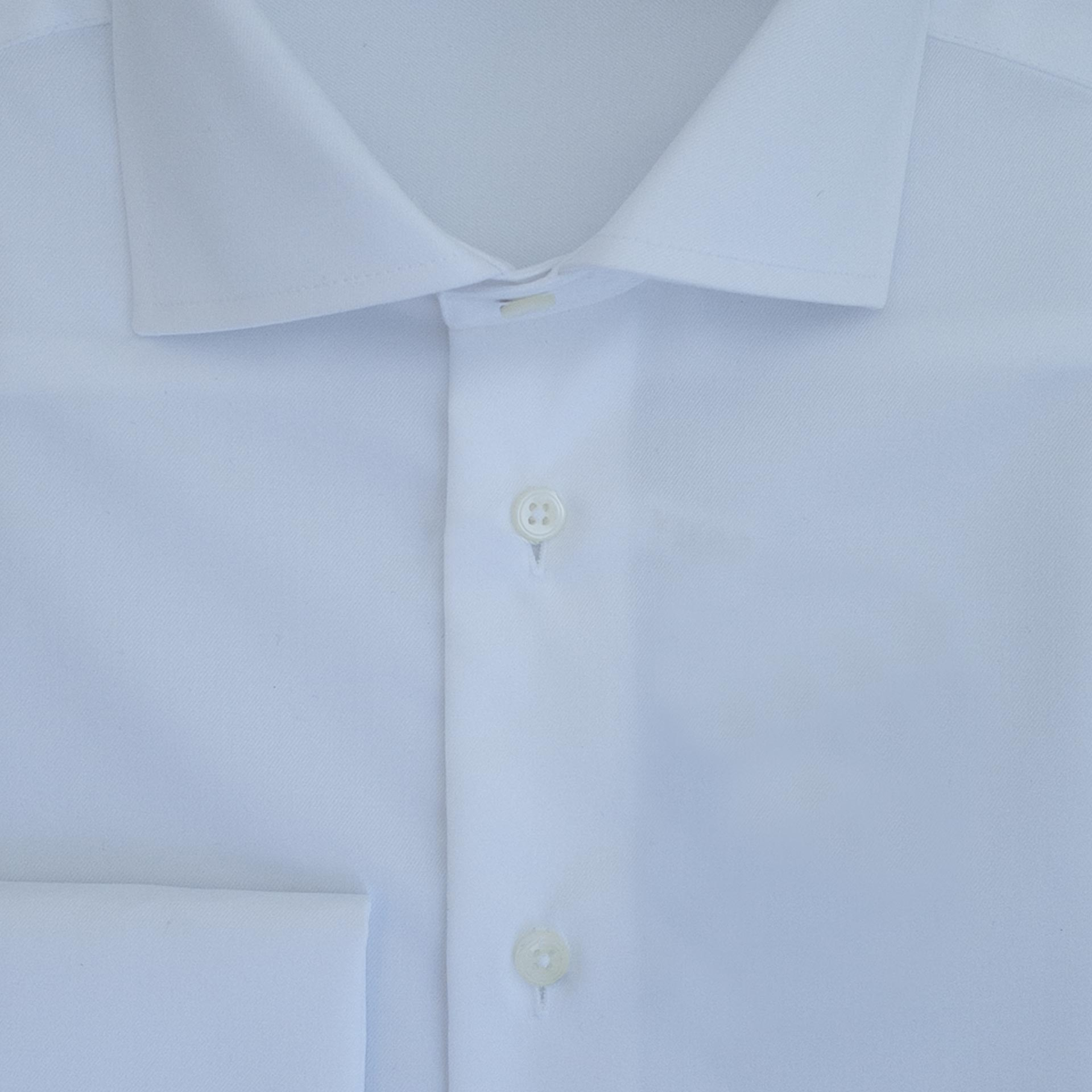 Hvit ensfarget skjorte med dobbel mansjett. Strykelett