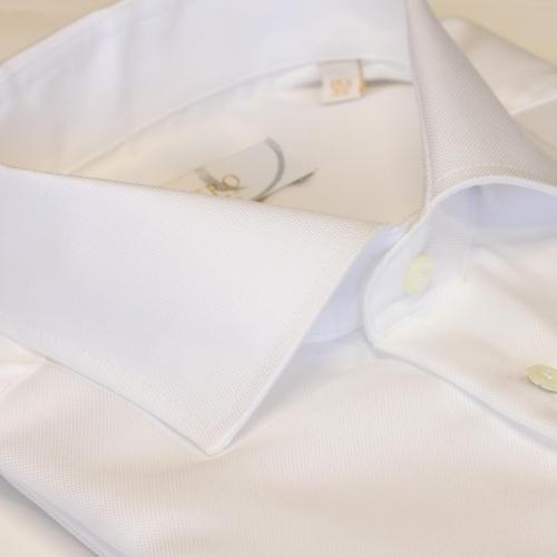 Hvit ensfarget skjorte med oxford struktur.