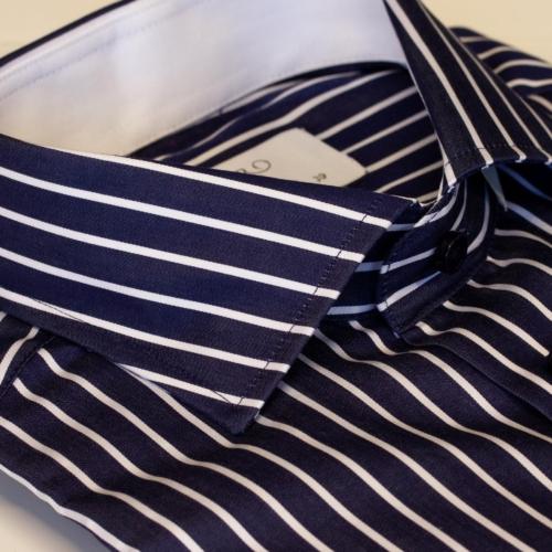 Navy skjorte med hvite striper og hvit kontrast. Menswear Oslo