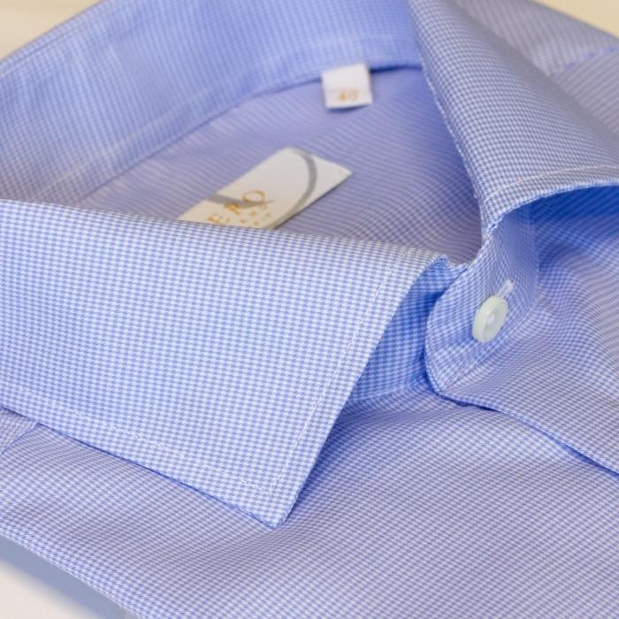 Lyseblå jobbskjorte med micromønster.