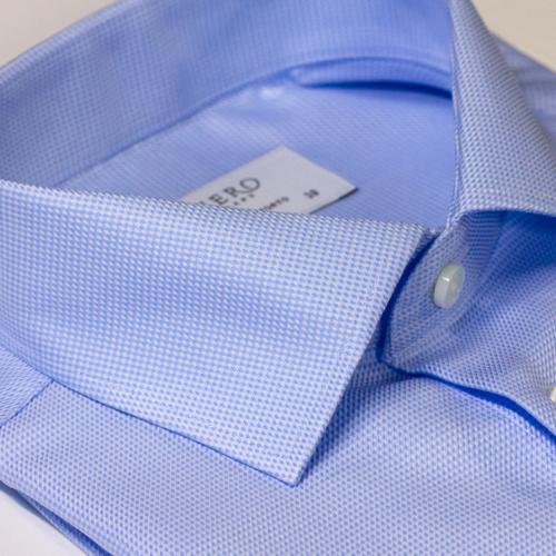 Lyseblå skjorte med svakt mønster. Strykelett.