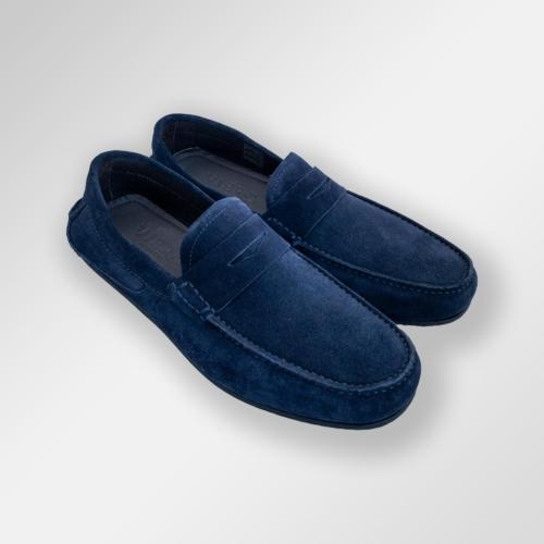 Navy loafers i semsket skinn.